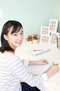 勉強をする女の子の写真素材 [FYI02053714]