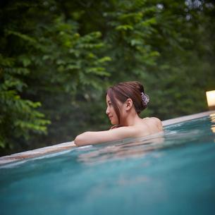 露天風呂に入浴する女性の写真素材 [FYI02053719]