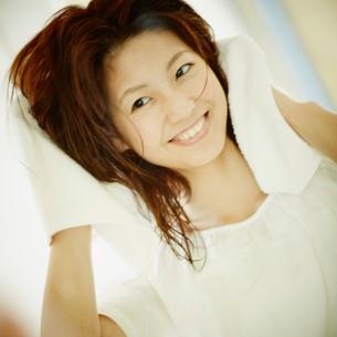 髪をタオルで拭く女性の写真素材 [FYI02053733]