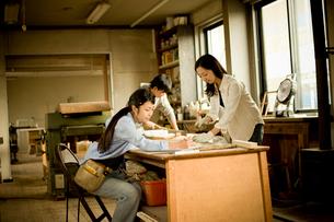 作業場の3人の若者達の写真素材 [FYI02053740]