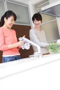 キッチンの女性と母親の写真素材 [FYI02053753]