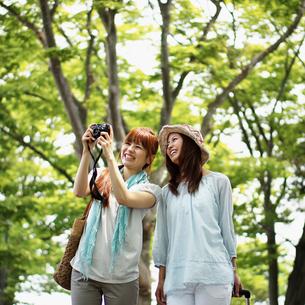 写真を撮る2人の女性の写真素材 [FYI02053755]
