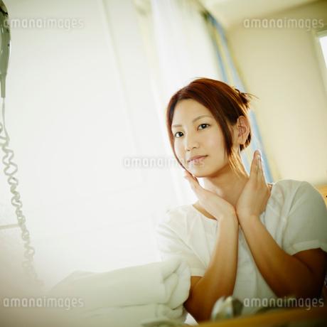 スキンケアをする女性の写真素材 [FYI02053761]