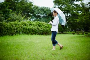 傘をさして歩く女性の写真素材 [FYI02053764]
