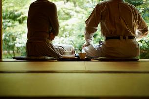 縁側でお茶を飲むシニア夫婦の写真素材 [FYI02053765]