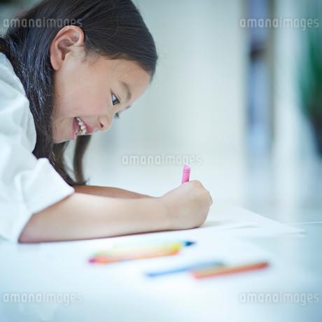 お絵かきをする女の子の写真素材 [FYI02053772]