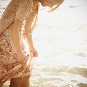 波打ち際で戯れる女性の写真素材 [FYI02053775]