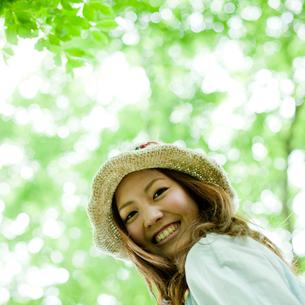 笑顔の女性と新緑の写真素材 [FYI02053786]