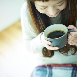 コーヒーを持つ女性の写真素材 [FYI02053788]