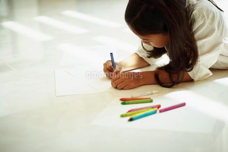 クレヨンで絵を描く女の子の写真素材 [FYI02053806]