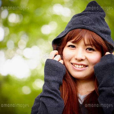 フードを被った若い女性の写真素材 [FYI02053832]