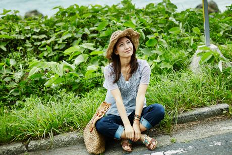 道端に座る女性の写真素材 [FYI02053834]