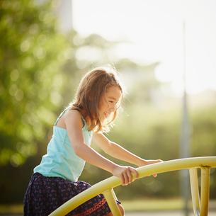 公園の遊具で遊ぶ女の子の写真素材 [FYI02053850]