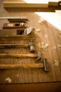 作業台の上に並べた工具の写真素材 [FYI02053855]
