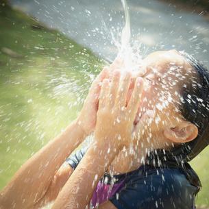 顔を洗う女の子の写真素材 [FYI02053872]