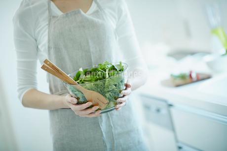 サラダを持つ女性の写真素材 [FYI02053873]
