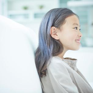 ソファに座る女の子の横顔の写真素材 [FYI02053879]