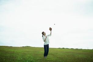 グローブでボールを捕る女性の写真素材 [FYI02053885]