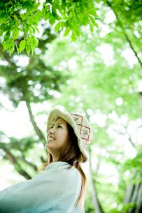 女性の横顔と新緑の写真素材 [FYI02053888]