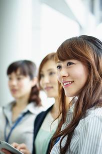 ビジネススタイルの女性3人の写真素材 [FYI02053896]