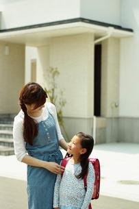住宅の前の母と子の写真素材 [FYI02053902]