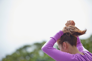 髪を結う女性の後姿の写真素材 [FYI02053906]
