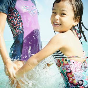 海で遊ぶ2人の女の子の写真素材 [FYI02053921]