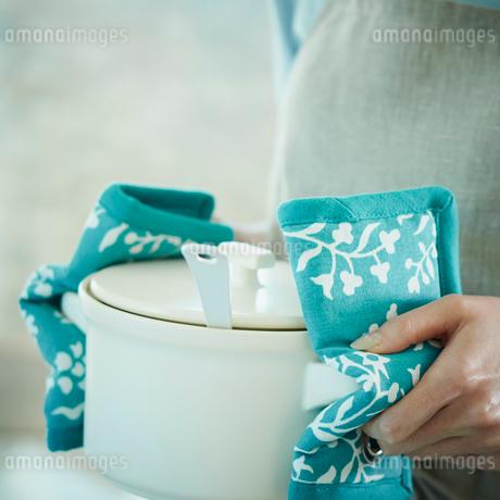 鍋を持つ女性の手の写真素材 [FYI02053933]