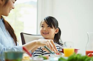 食事をする親子の写真素材 [FYI02053935]