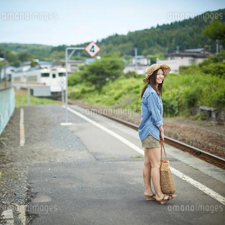 駅のホームに立つ女性の写真素材 [FYI02053949]
