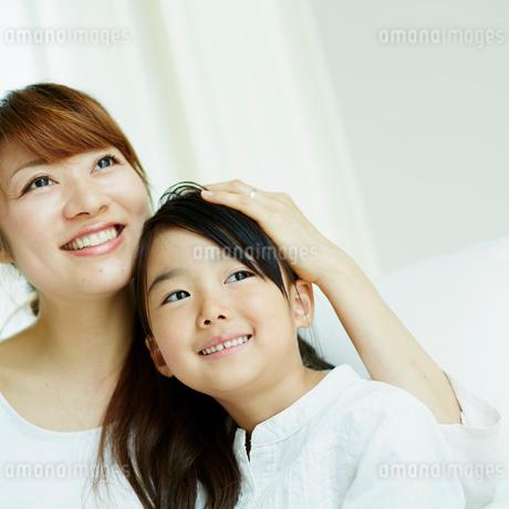 女の子の頭をなでる母親の写真素材 [FYI02053955]