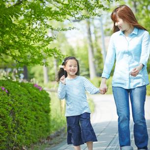 手をつなぐ女の子と母親の写真素材 [FYI02053982]