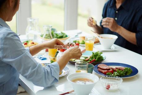 朝食を食べる夫婦の写真素材 [FYI02054012]
