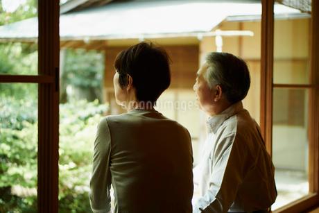 縁側でくつろぐシニア夫婦の写真素材 [FYI02054040]