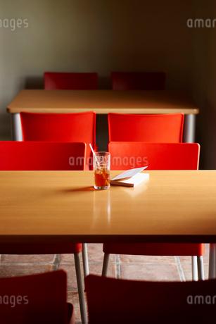 アイスティーと本がのったテーブルと椅子の写真素材 [FYI02054047]