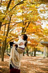 母親に肩車され紅葉を指さす女の子の写真素材 [FYI02054054]