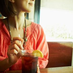 カフェでアイスティーを飲む女性の写真素材 [FYI02054057]