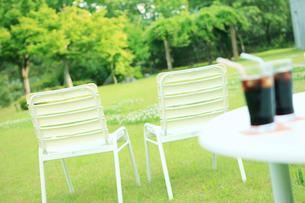 2脚の白いイスとテーブルの上のアイスコーヒーの写真素材 [FYI02054097]