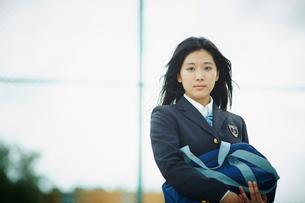 スクールバッグを抱えた女子学生の写真素材 [FYI02054100]