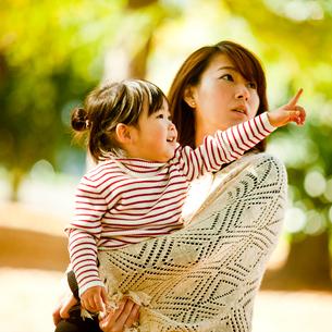 指さす女の子と母親の写真素材 [FYI02054110]