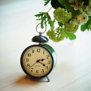 目覚まし時計と花の写真素材 [FYI02054114]