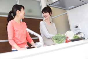 キッチンの女性と母親の写真素材 [FYI02054124]
