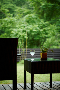 ウッドデッキのテーブルと椅子の写真素材 [FYI02054140]