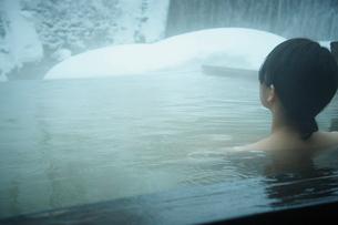 冬の露天風呂に入浴する女性の後姿の写真素材 [FYI02054151]