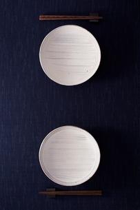 二組の皿と箸の写真素材 [FYI02054155]