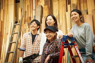 木材の前に立つ4人の若者達の写真素材 [FYI02054197]
