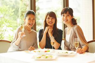 レストランで女子会をする3人の女性の写真素材 [FYI02054198]