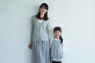 女の子と母親のポートレートの写真素材 [FYI02054208]