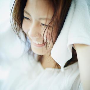 髪をタオルで拭く女性の写真素材 [FYI02054215]