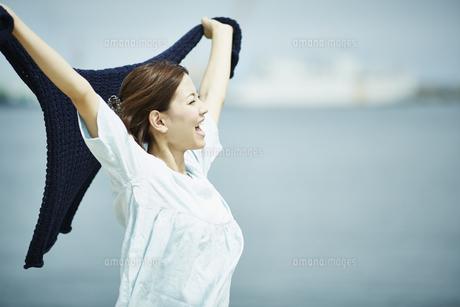 伸びをする女性の横顔の写真素材 [FYI02054240]